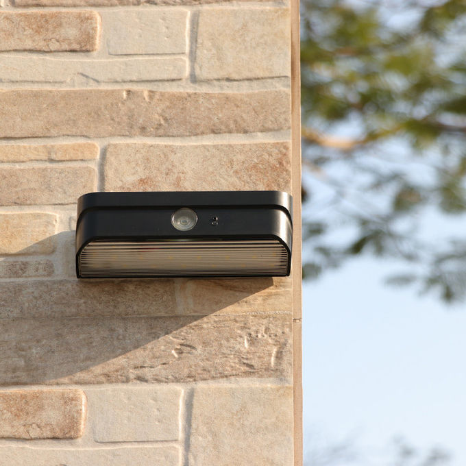 China Manufacturer Outdoor Waterproof Solar Dark Sensor LED Wall Light